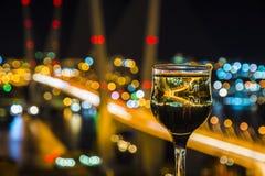 Vea la ciudad en la noche, el puente a través de la bahía en la noche, los vidrios con la cual Fotos de archivo