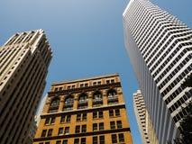 Vea la mirada hacia arriba a las diversos formas y diseños de los tops de raspadores viejos y nuevos del cielo de la ciudad Fotos de archivo libres de regalías