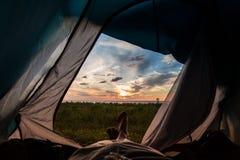 Vea la puesta del sol en el pabellón con la visión al mar Imagen de archivo libre de regalías