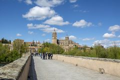Vea las catedrales viejas y nuevas de Salamanca del puente romano Salamanc foto de archivo libre de regalías