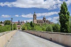 Vea las catedrales viejas y nuevas de Salamanca del puente romano Salamanc imagen de archivo