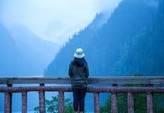 Vea las montañas del jiuzhaigou, China, por el verano 2017 de la barandilla: capas de montañas, algún claro, algo irreal imágenes de archivo libres de regalías