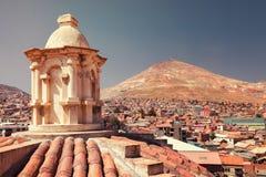 Vea panorámico de las minas de plata en la montaña de Cerro Rico de la iglesia de San Francisco en Potosi, Bolivia imagen de archivo