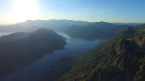 Vea a partir de 800 metros de heigh a la bahía de Kotor adentro almacen de video