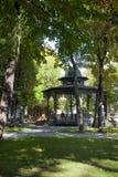 Vea un cenador forjado más grande en el jardín en caída, Moscú de la ermita imagenes de archivo