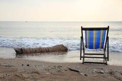 Vea una silla de playa en la playa por la mañana Imágenes de archivo libres de regalías