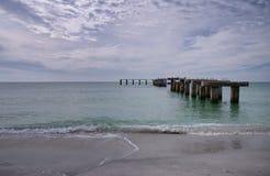 Vecchi accatastamenti del pilastro a Boca Grande Pass Beach Immagini Stock