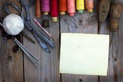 Vecchi accessori di cucito fotografie stock libere da diritti