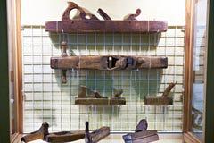 Vecchi aerei del carpentiere in negozio di antiquariato d'annata Immagine Stock Libera da Diritti