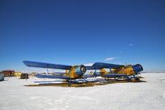 Vecchi aeroplani parcheggiati immagini stock