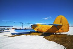Vecchi aeroplani parcheggiati immagine stock