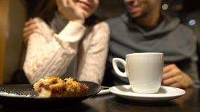 Vecchi amici che si siedono in caffè, abbraccianti e parlanti, relazione calda, fine su stock footage