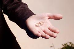 Vecchi anelli di cerimonia nuziale dorata sulla mano dell'uomo Fotografia Stock