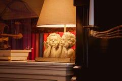 Vecchi angeli di legno sullo scaffale per libri Fotografia Stock Libera da Diritti