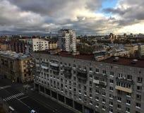 Vecchi appartamenti situati alla città fotografia stock