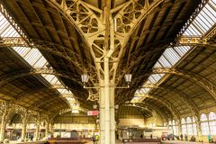Vecchi arché della stazione ferroviaria urbana immagine stock