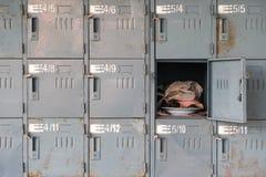 Vecchi armadi arrugginiti con uno aperto immagini stock libere da diritti