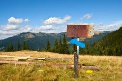Vecchi arrugginiti firmano dentro le montagne Fotografie Stock