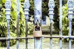 Vecchi arrugginiti fissano il portone arrugginito blu del ferro Immagine Stock Libera da Diritti