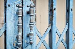 Vecchi arrugginiti fissano il portone arrugginito blu del ferro Fotografia Stock Libera da Diritti