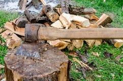 Vecchi ascia e legno Fotografie Stock