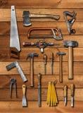 Vecchi attrezzi per bricolage del carpentiere su legno Immagine Stock