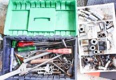 Vecchi attrezzi per bricolage nella vista superiore della scatola del meccanico di automobile fotografie stock libere da diritti