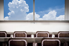 Vecchi aula e cielo blu di asilo di modo con le nuvole Fotografie Stock Libere da Diritti