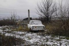Vecchi automobile e cielo blu dell'annata Fotografie Stock Libere da Diritti