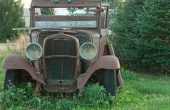 Vecchi automobile e cielo blu dell'annata Fotografie Stock