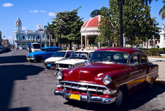 Vecchi automobili e rotunda, Cuba fotografie stock
