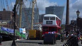 Vecchi bacini di Liverpool con la nave ed il bus di navigazione in priorità alta 4K video d archivio