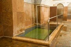 Vecchi bagni pubblici interni fotografie stock