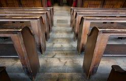 Vecchi banchi di chiesa a file di legno della chiesa da sopra - l'immagine fotografia stock