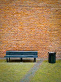 Banco e muro di mattoni Fotografia Stock
