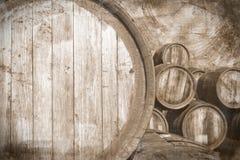 Vecchi barili di vino in scaletta dell'annata, priorità bassa Immagine Stock