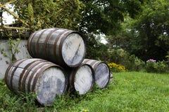Vecchi barilotti di birra impilati Fotografie Stock Libere da Diritti