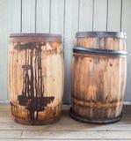 Vecchi barilotti di legno arrugginiti in un museo immagini stock