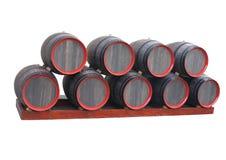 Vecchi barilotti di legno con i cerchi rossi isolati sopra bianco Fotografia Stock