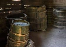 Vecchi barilotti di legno logori Immagine Stock