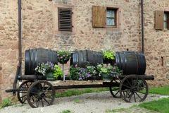 vecchi barilotti di vino sul vecchio carretto di legno degli agricoltori Immagini Stock Libere da Diritti