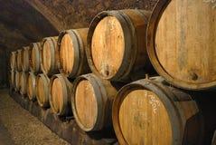 Vecchi barilotti in una caverna del vino Fotografia Stock