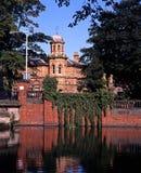 Vecchi biblioteca & stagno di Minster, Lichfield, Inghilterra. Immagine Stock Libera da Diritti