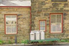 Vecchi bidoni da latte su un carretto, stazione del goathland, Yorkshire, Inghilterra Fotografie Stock Libere da Diritti