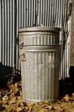 Vecchi bidoni della spazzatura del metallo Fotografie Stock Libere da Diritti