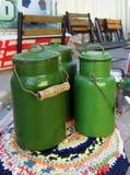 Vecchi bidoni di latte smaltati periodi sovietici Fotografie Stock Libere da Diritti