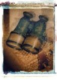 Vecchi binocoli d'annata antichi del binocolo sul canestro di vimini immagine stock libera da diritti