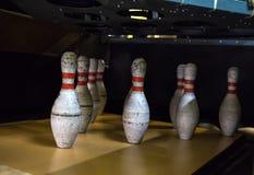 Vecchi birilli sporchi dentro il vicolo di bowling fotografia stock libera da diritti