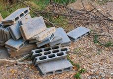 Vecchi blocchetti del cemento sulla terra Fotografia Stock Libera da Diritti