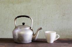 Vecchi bollitore e caffè Fotografia Stock Libera da Diritti